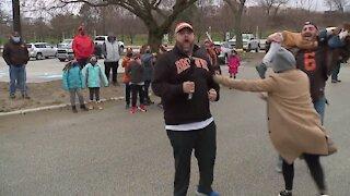 Browns fan, Steelers fan make friendly bet; Cleveland Food Bank wins