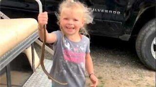 Menina de 5 anos captura cobra com as mãos
