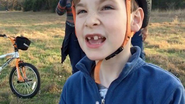 Glem tannlegen - Henry (7) fjerner tanna si med drone