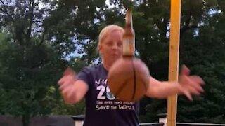 Senhora falha o Basketball Beer Challenge