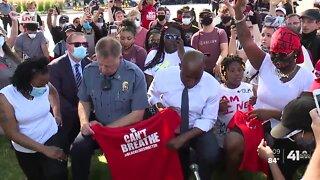 KCMO mayor, police chief take a knee with Plaza protestors