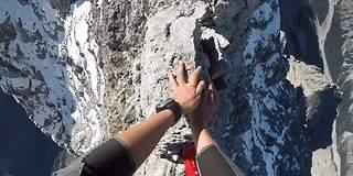 Få hjertet i halsen av spinnvill fjellklatring på «knivsegg»
