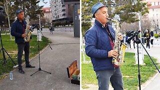 Talented street artist performs sensational saxophone cover