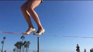 Amerikansk sportsutøver går på slakkline i høye hæler!
