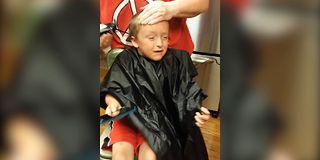 Gutt får hårklipp: – Jeg kommer til å dø!
