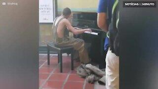 Mendigo emociona ao tocar piano em estação de trem