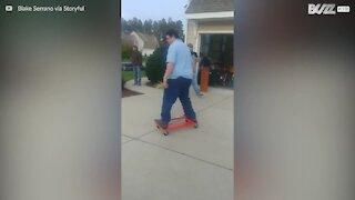 Impressionnante chute à bord d'un skateboard improvisé!