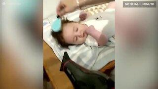 Bebê com 6 meses tem penteado de rock star!