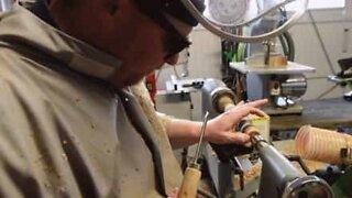 Denne blinde mand lærte kunsten af træarbejde