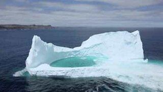 Fantastisk isberg med en skjult dam