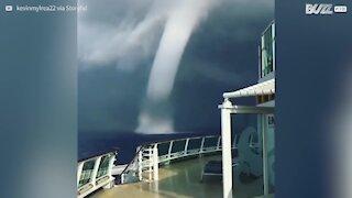 Tromba d'acqua pericolosamente vicina a una nave da crociera in Grecia