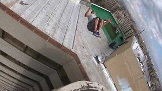 Assustador: Jovem faz mortal em telhado de prédio!