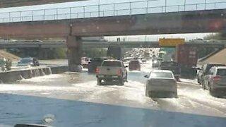 Burst pipe causes floods on Texas highway
