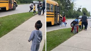 Little sister adorably welcomes big brother home from school