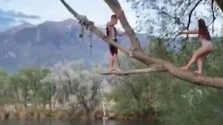 Cette jeune femme imite Tarzan avec moins de talent!