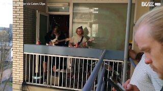 Jovens fazem concerto na varanda durante quarentena