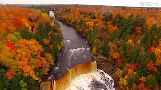 Drone filma lo splendido paesaggio autunnale del Michigan