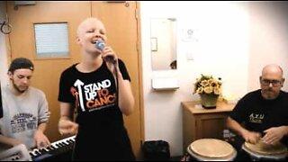 Kvinne feirer siste dagen med kjemoterapi med en sang