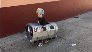 Liten gutt kler seg ut som T-bane til Halloween