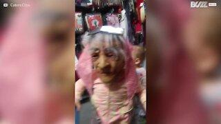 Une petite fille effrayée par les masques d'Halloween