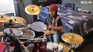 Bimbo di 10 anni suona la batteria come un vero musicista!