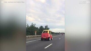 Motorista dirige carro de brincar em plena rodovia!