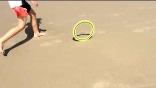 Disco volante ruota da solo sulla spiaggia