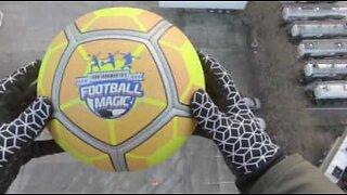 Novo recorde mundial: futebolista controla bola lançada a 41 metros de altura