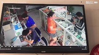 Vietnam: batteria del cellulare esplode in negozio