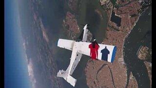 Fallskjermhoppere svever farlig nær et fly