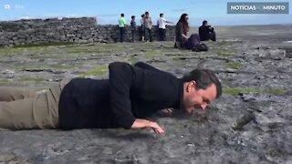 Homem com medo de altura rasteja até penhasco para ver o mar
