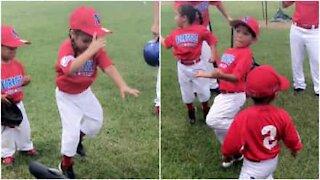 Teneri bambini mostrano come fare il riscaldamento prima della partita