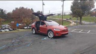 Tesla Model X blinkar i takt till julmusiken