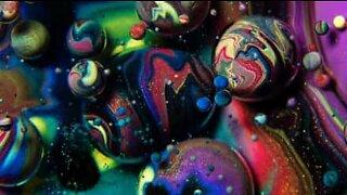La pichedelica miscela di olio, sabbia e colore