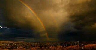 Fantastisk dobbel regnbue under en storm i Australia