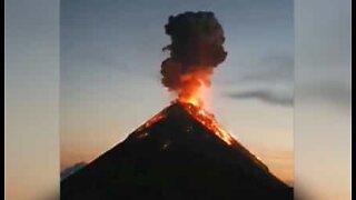 Turister camper nær et vulkanutbrudd i Guatemala
