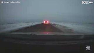 Impressionante acidente a alta velocidade filmado no Cazaquistão