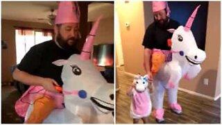Far og datter kler seg ut som enhjørninger til Halloween