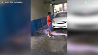 Il lavaggio dell'auto richiede tantissima forza!