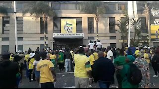 WATCH: Police, supporters of criminally charged Durban mayor clash in city (4de)
