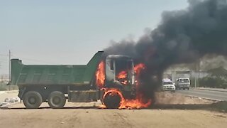 South Africa - chaos with the N7 being closed (Video) (txu)