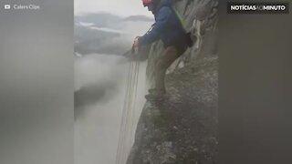 Homem dá salto mortal de penhasco para pular de paraquedas