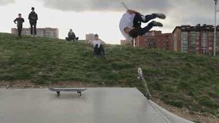 Skater realiza mortal impressionante!