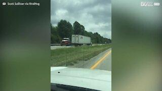 Camionista guida pericolosamente contro mano