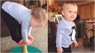 Futuro ginasta! Bebé mostra equilíbrio incrível