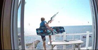 Kitesurfer hopper fra balkongen i dette vanvittige stuntet