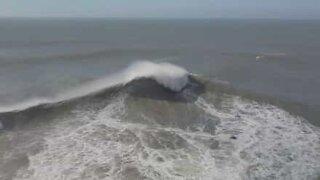 Drone fanger bilder av Nazarés enorme bølger