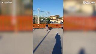 Rapaz mostra o seu talento de futebolista com cesto impressionante