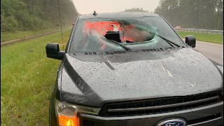 Foudre : un morceau d'asphalte catapulté vers leur voiture