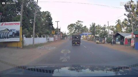 Condutor quase provoca acidente com ultrapassagem perigosa